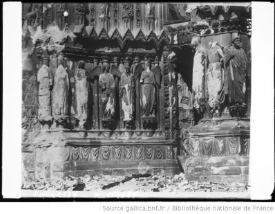 Statues_de_la_cathédrale_de_Reims_après_le_bombardement