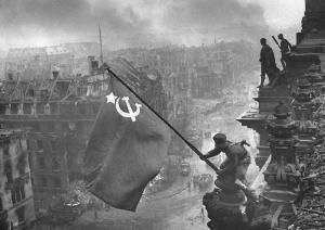 Bandera soviética en el Reichstag en 1945. En La langosta, son los británicos junto con los soviéticos quienes toman Berlín.