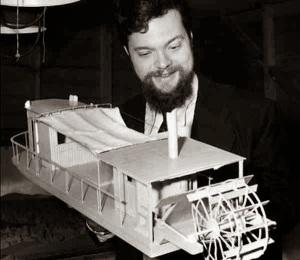 Orson Welles sujetando una maqueta de las que iban a ser usadas en