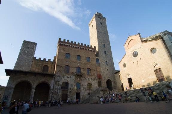 Piazza_del_Duomo_-_San_Gimignano