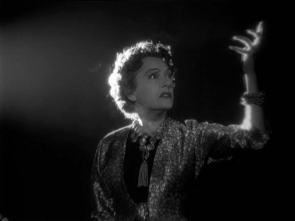 Gloria Swanson Interpretando a Gloria Swanson (Norma Desmond): unha paranoica wotan que vive na torre de marfil do seu pasado.