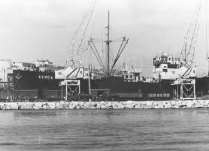 Wikimedia o cargueiro Kursk desembarcabdo material no porto de alicante