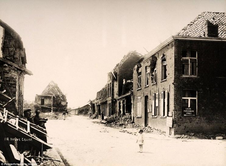 Nena rodeada polas ruínas das construcións na localidade belga de Neuve Eglise despois de ser duramente bombardeada na guerra. Fonte: http://www.dailymail.co.uk/news/article-2282108/World-War-One-wasteland-Haunting-rare-images-apocalyptic-destruction-Western-Front.html