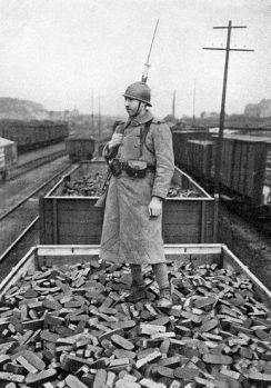 Soldado francés custodiando un convoi de carbón que foi previamente requisado. Fonte: www.histoire-image.org