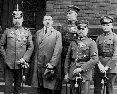 Adolf Hitler xunto a outros acusados no xuizo polo Putsch. Á súa dereita está o xeneral Ludendorff. Fonte:www.historyplace.com/
