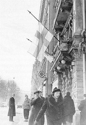 Banderas a media hasta tras conocerse los términos del Tratado de Paz, 1940. Fuente: Wikimedia Commons